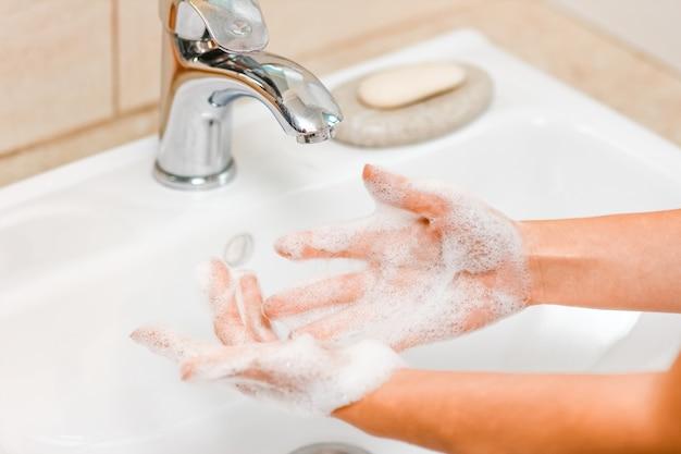 Мытье рук с мылом под краном с водой