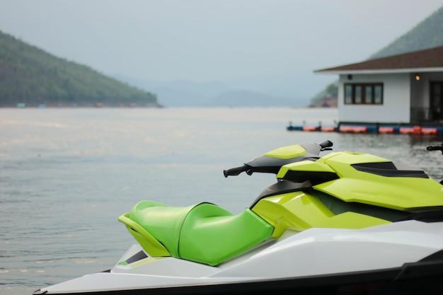 美しい海の岸に水上スクーターが立っています