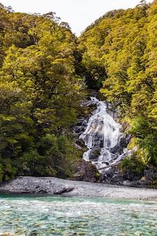 Водопад среди зелени на южном острове новой зеландии.