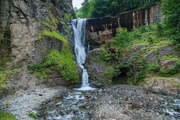 폭포는 조지아주 메스티아 마을 근처 자연 경관의 산에 있습니다.
