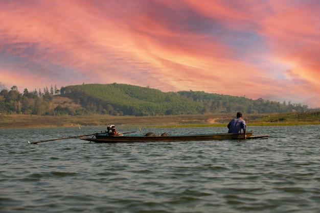リバーライフの方法。背水での地元のスピードボートによる村人の移動距離。この地域の人々は、輸送のニーズをボートに依存しています。