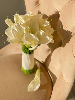 결혼식 날 신부와 신랑을 위한 섬세한 꽃 화이트 칼라스의 웨딩 부케