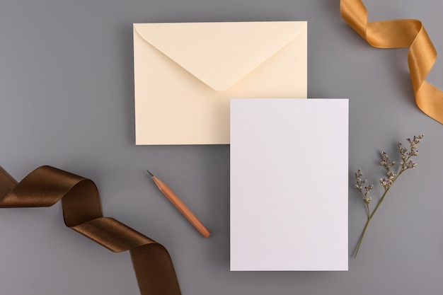 結婚式のコンセプト。結婚式招待状リボンと装飾の灰色の背景にカード。