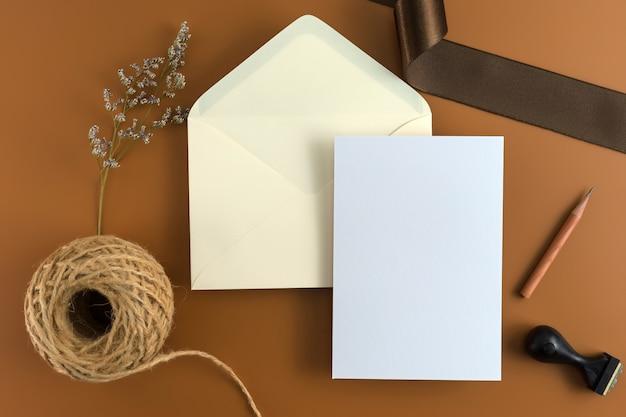 Концепция свадьбы. свадебное приглашение на коричневом фоне с лентой.