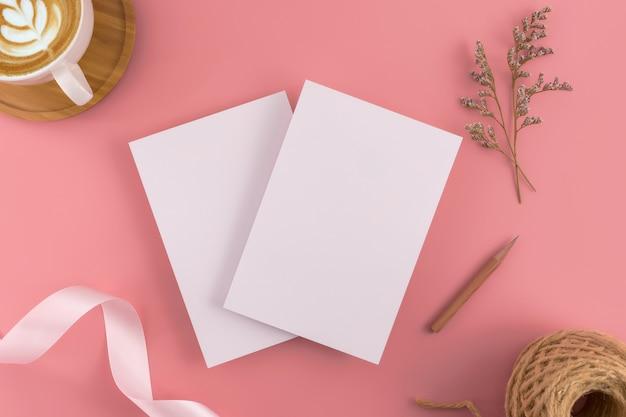 結婚式の招待状のモックアップの概念。トップビュー、フラットなレイアウトのコピースペース