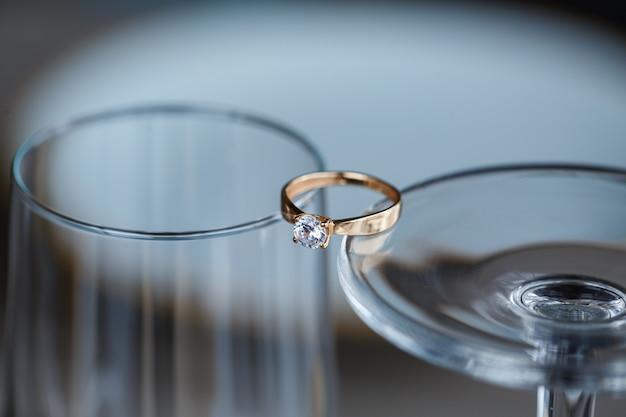 貴金属とダイヤモンドの石で作られた結婚指輪がガラスの中にあります