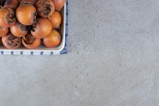 식탁보에 익은 감이 있는 화이트 보드. 고품질 사진