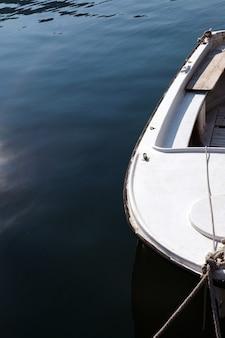 青い海に浮かぶ白いボート。閉じる