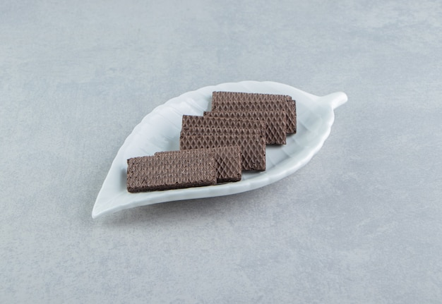 초콜릿 와플이 가득한 하얀 그릇.
