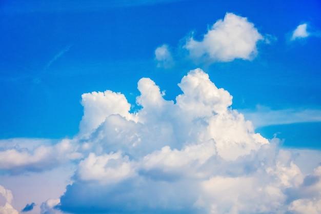 青い空に白い巻き毛の積乱雲