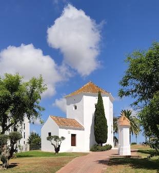 Белый дом с деревьями и удивительным небом