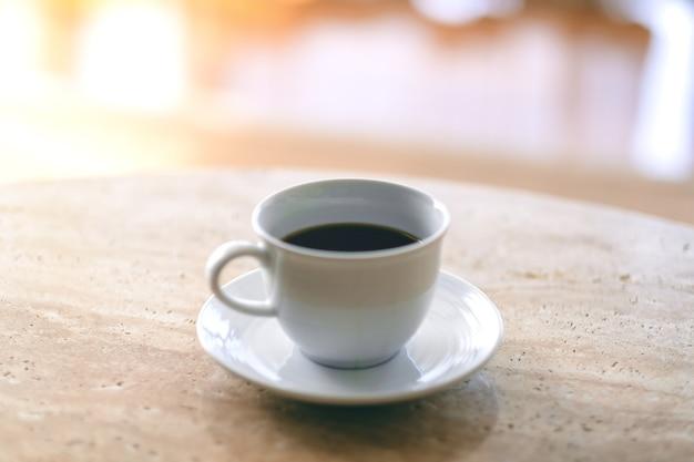 테이블에 뜨거운 커피의 흰색 머그잔