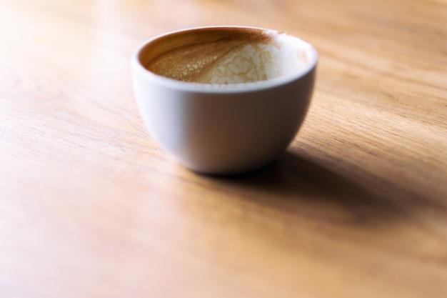 아침에 나무 테이블에 뜨거운 커피 한 잔
