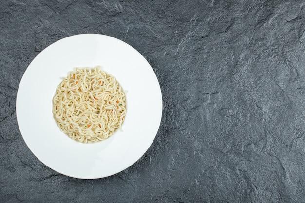 美味しい麺パスタがたっぷり入った白いお皿。