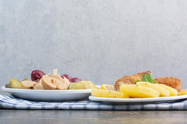 식탁보에 짠 야채 가득한 하얀 접시. 고품질 사진