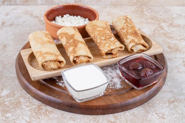 맛있는 크레페와 딸기 잼의 흰 접시