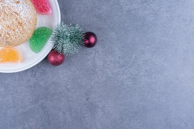 クッキーと甘いゼリーキャンディーの白いプレート