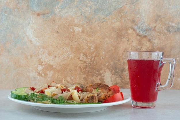 맛있는 파스타와 얇게 썬 야채가 들어간 하얀 접시.