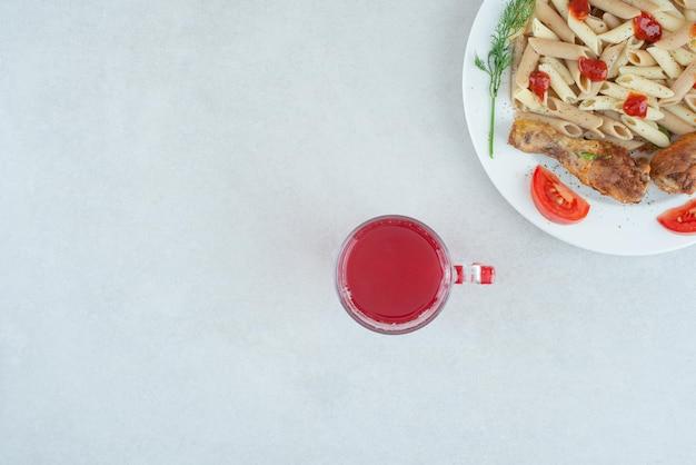美味しいパスタとスライス野菜の白いお皿。