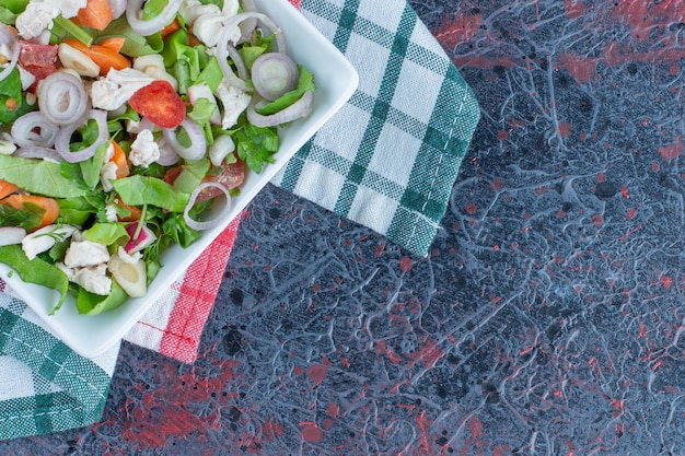 맛있는 야채 샐러드를 곁들인 하얀 접시.