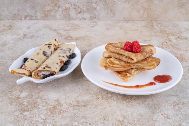 팬케이크와 딸기가 들어간 흰색 접시