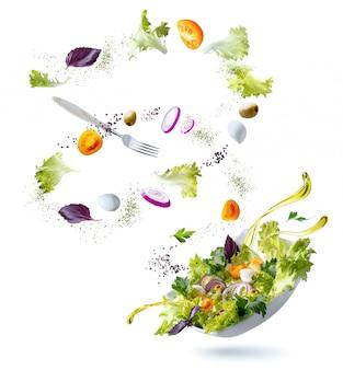 Белая тарелка с салатом и плавающими в воздухе ингредиентами: оливки, салат, лук, помидор, сыр моцарелла, петрушка, базилик и оливковое масло. вегетарианское меню. копировать пространство