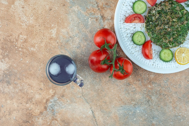 야채와 주스 컵 흰색 접시.