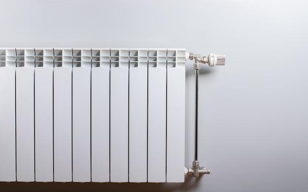 Белый радиатор на стене.