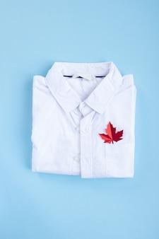 ポケットに紅葉の白いシャツ