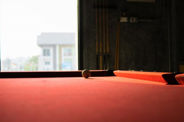 스누커 테이블에 흰색 스누커 공