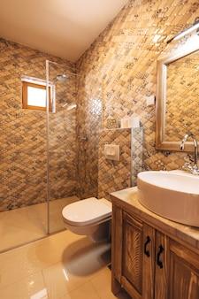 大きな鏡付きの白い洗面台