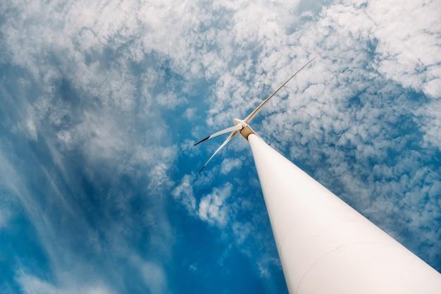 青い空を背景に白い風車。自然の中で風車。