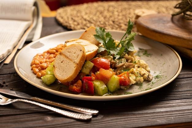 Полезный здоровый завтрак из бобовых омлетов с грибами, овощами, помидорами, болгарским перцем, огурцами, петрушкой и укропом.