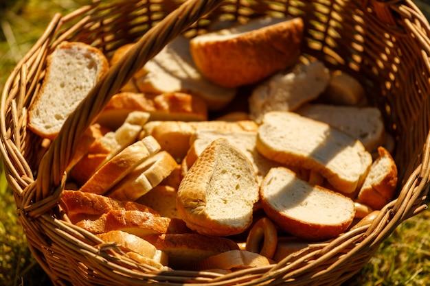 夏には草の上にパンが入った籐のかごが立っています
