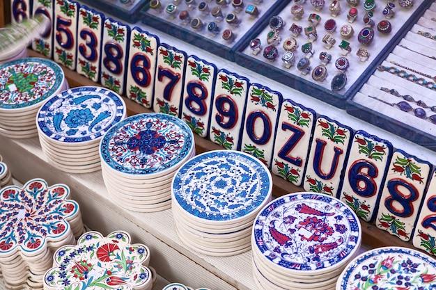 На рынке широкий ассортимент белой керамики и фарфора, украшенный синим цветочным узором.