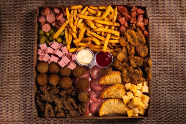 Большой выбор закусок в картонном подносе