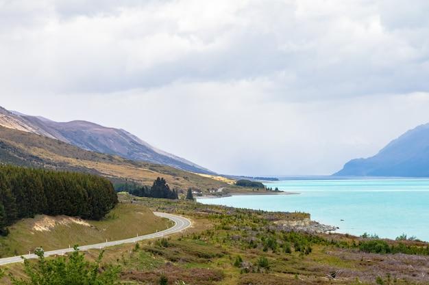 Извилистая автомагистраль вдоль побережья озера пукаки на южном острове новой зеландии.