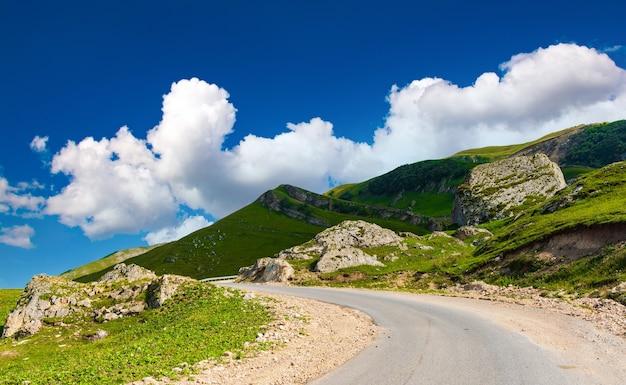 산의 구불구불한 길