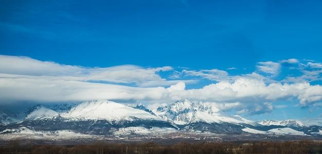 흐린 푸른 하늘을 배경으로 슬로바키아 하이 타트라스의 겨울 파노라마