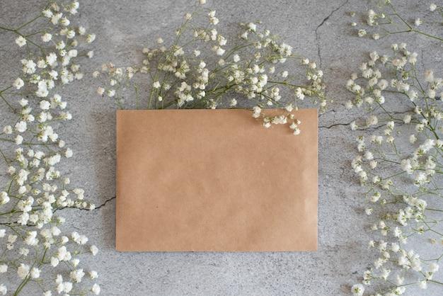 冬をテーマにしたグリーティングカードは、金色の封筒と飾りでモックアップします。