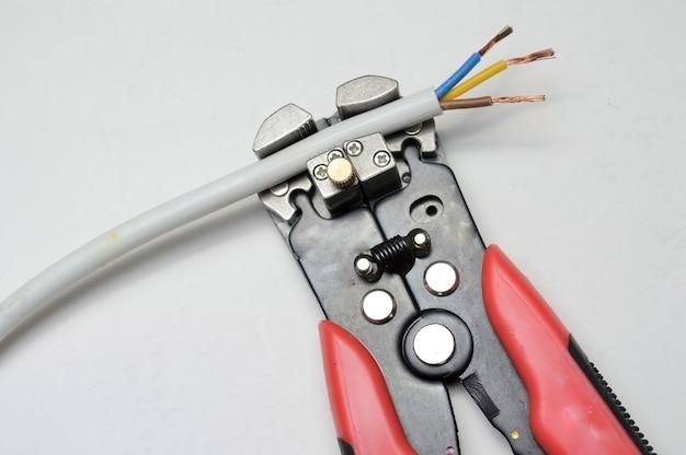 ワイヤーストリッパーと保護された3芯線
