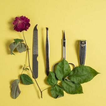 매니큐어 세트가 있는 시든 장미.