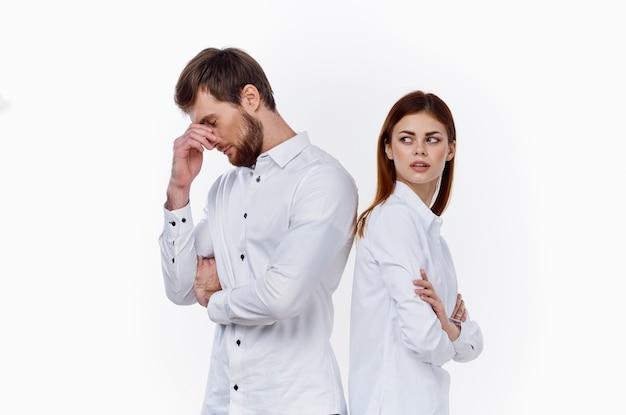 軽い従業員の友達に背を向けて立っている女性と男性