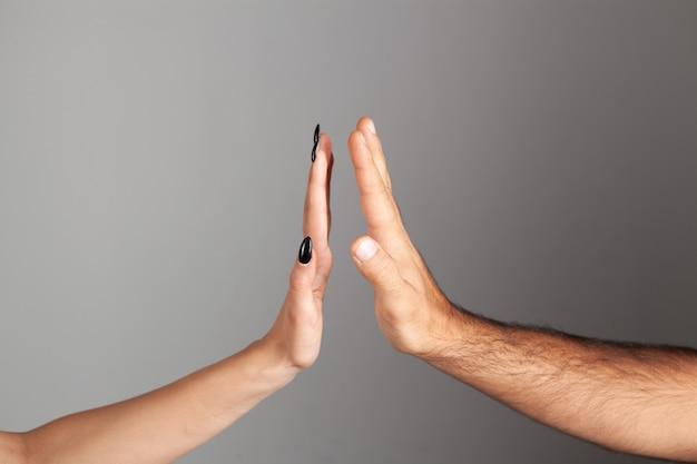 手のひらに触れる女性と男性