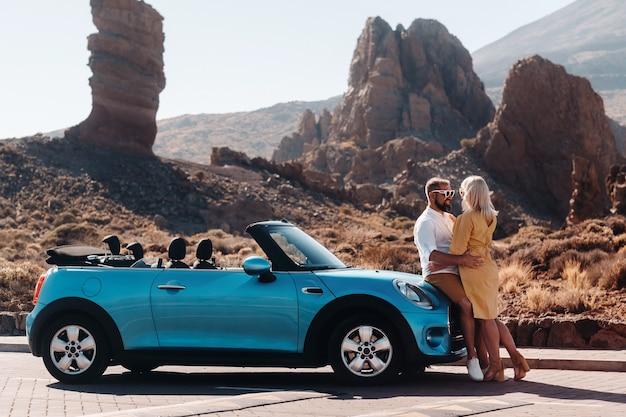 테네리페 섬 여행에서 컨버터블 자동차에 안경을 쓴 여자와 남자. 테이데 화산 분화구, 카나리아 제도, 스페인.