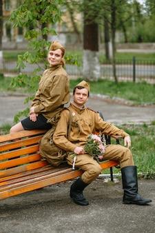 ソビエト軍服の女性と兵士