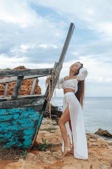 岸の壊れた船の女性