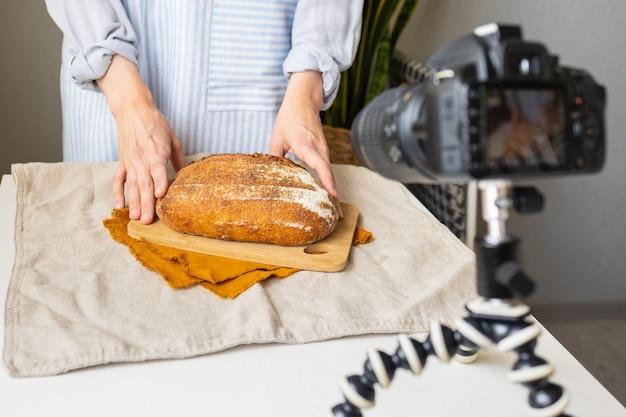 女性のパン屋がパンのレシピをオンラインで教えてくれますパンを焼くことについての料理ブログビデオ料理コース