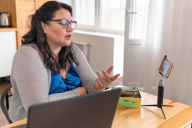 스마트 폰에서 블로그를하는 여성