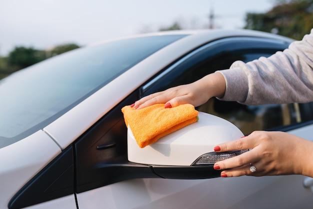 극세사 천으로 차를 청소하는 여성, 자동차 디테일링(또는 발렛) 개념